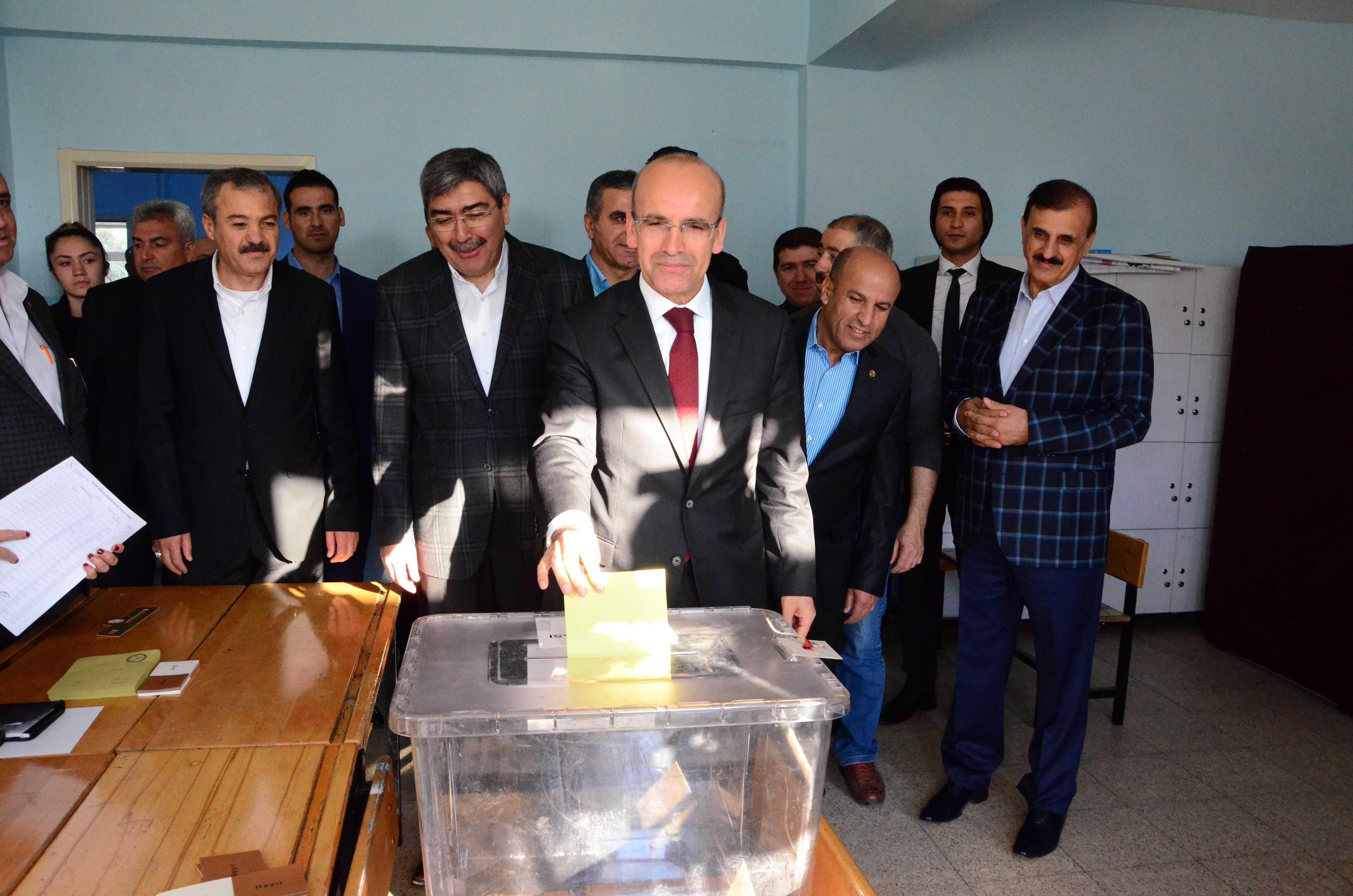Başbakan+%C4%B0ardımcısı+Mehmet+Şimşek+sandık+a%C3%A7ılır+a%C3%A7ılmaz+o%C4%B1unu+Gaziantep%E2%80%99te+kullandı+