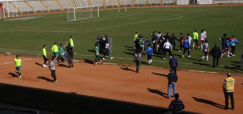 Maçta kavga çıktı, kupayı sahaya bırakıp gittiler!