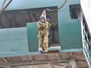 Japon Savunma Bakanı, 11 metre yükseklikten atladı