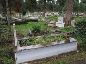 Yönleri farklı mezarlar şaşırtıyor!