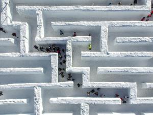 Polonya'daki dünyanın en büyük kar labirenti
