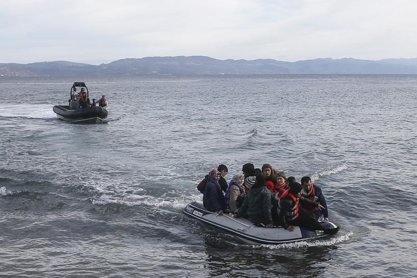 Suriyeli mülteciler şişme bot ile Yunanistan'ın Midilli adasına geldi
