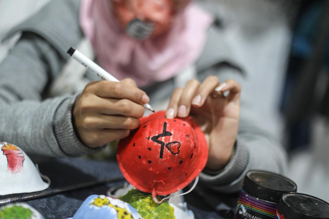Gazzeli sanatçılar, koronavirüsle mücadele için maskeleri renklendiriyor