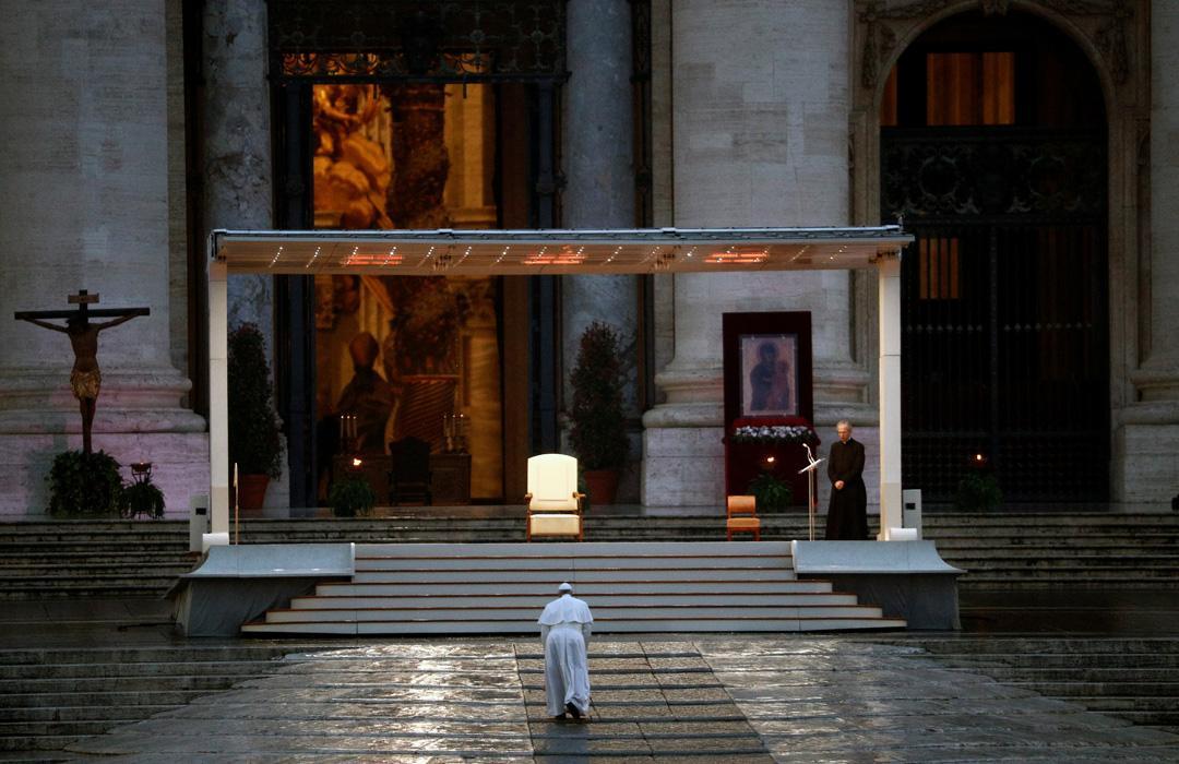Papa, koronavirüs salgınının sona ermesi için tek başına dua etti