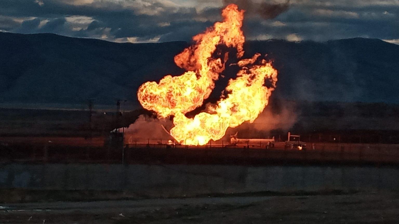 Sınır kapısında korkutan patlama! Alevler 40 metre yükseldi
