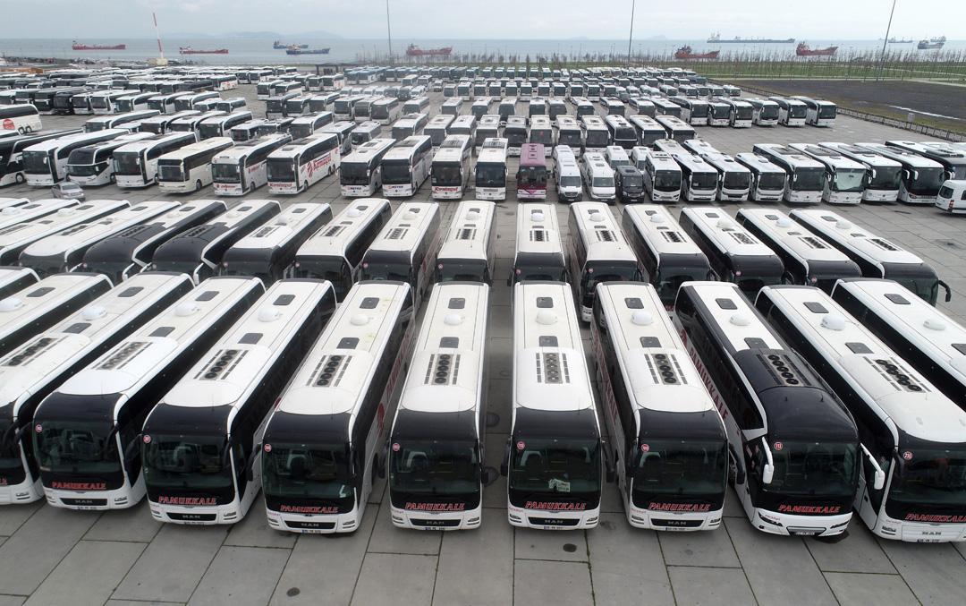 Seferleri durdurulan otobüsler Yenikapı Miting Alanı'nı doldurdu