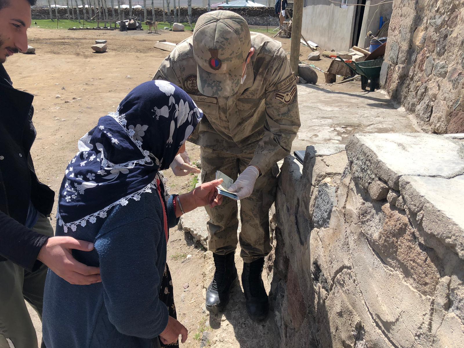Mehmetçik devletin yardım elini en ücra köylere ulaştırıyor