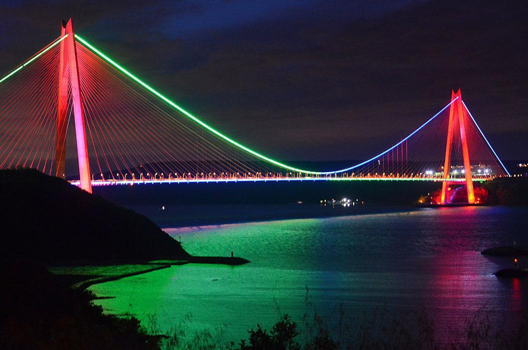 İstanbul'un simgeleri Azerbaycan bayrağı renklerine büründü