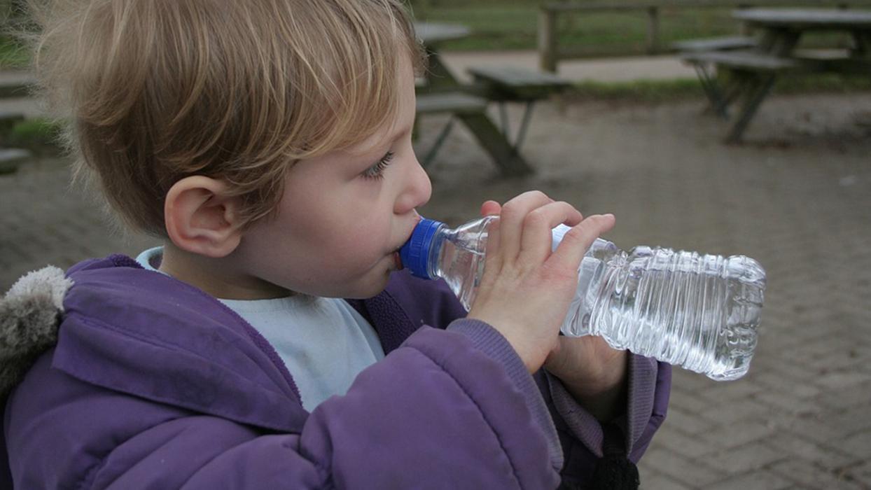 Çocuklar günde bir şişe maden suyu tüketirse...