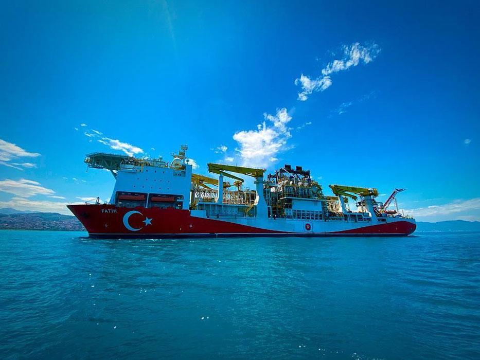 Türkiye'nin ilk yerli sondaj gemisi ''Fatih'' Trabzon'a geldi