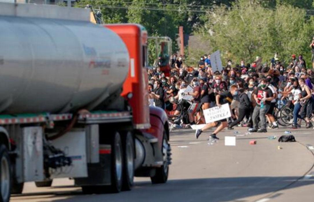 Tanker sürücüsü, aracını protestocuların üzerine sürdü