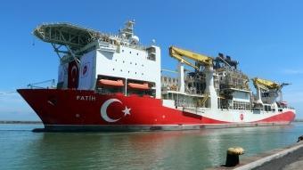 Türkiye'nin ilk yerli sondaj gemisi ''Fatih'' Trabzon Limanı'na demir attı
