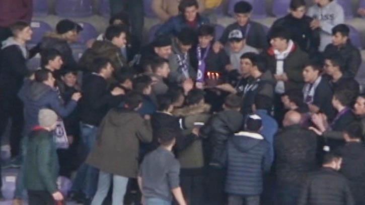 Kavga Ediyormuş Gibi Yapan Taraftarlardan Polis Memuruna Sürpriz Doğum Günü Kutlaması