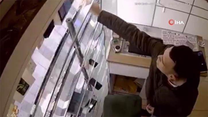 Dükkandaki Cep Telefonlarını Çalan Hırsızın Rahatlığı 'Pes' Dedirtti