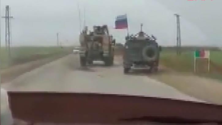 ABD ve Rus Askeri Araçlarının Yol Kapma Kavgası Kameraya Yansıdı