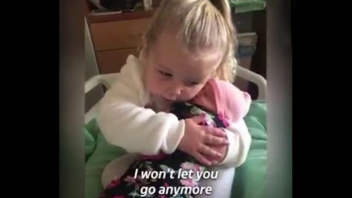 3 Yaşındaki Minik Kızın Yeni Doğan Kardeşiyle Tanışma Anı