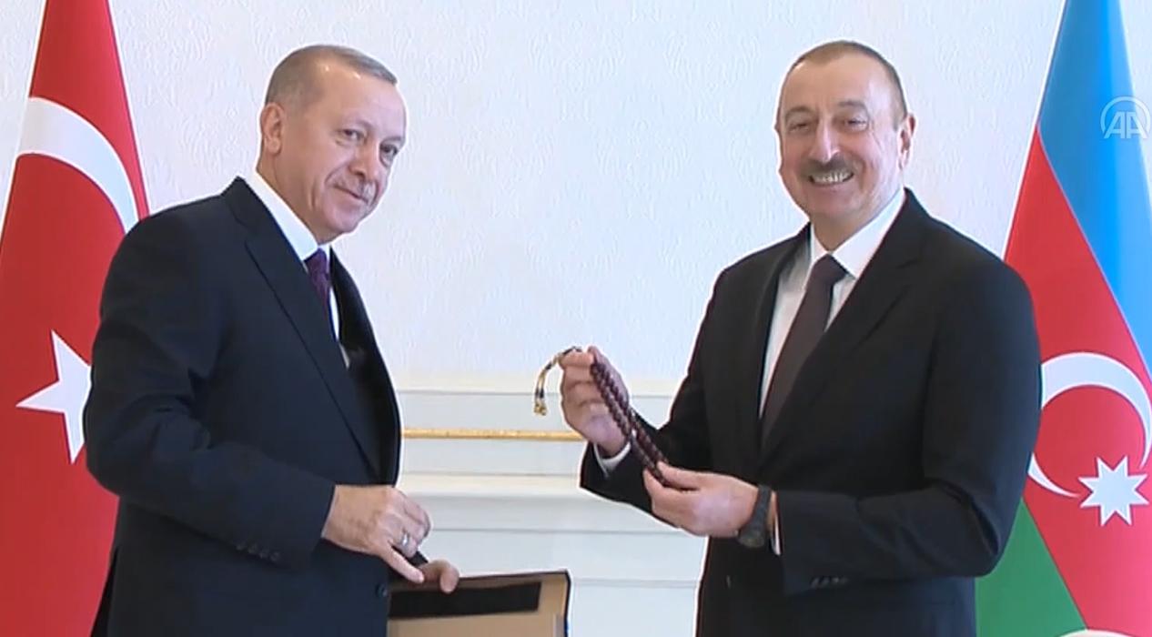 Başkan Erdoğan, Azerbaycan Cumhurbaşkanı Aliyev'e tespih hediye etti
