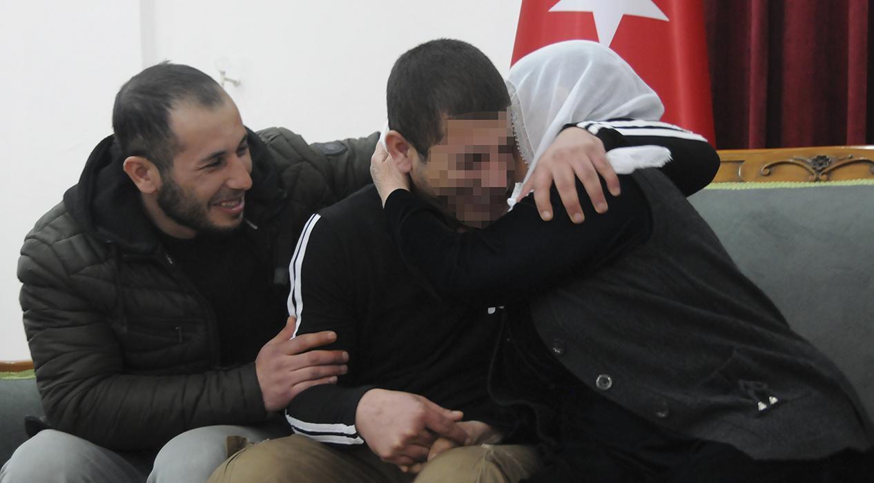 Aileler direniyor, PKK'da çözülmeler devam ediyor...HDP önündeki iki aile daha evladına kavuştu