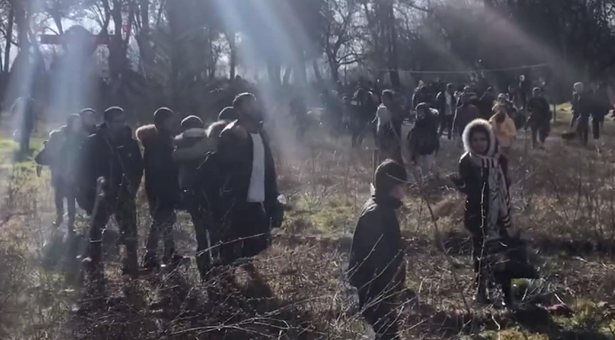 Yunan sınır güçleri düzensiz göçmenleri ses bombasıyla korkutmaya çalışıyor
