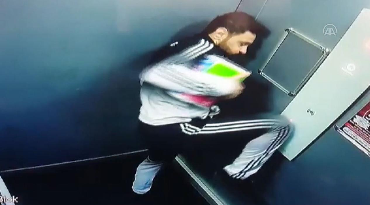 Asansör düğmesine ayağıyla bastı!