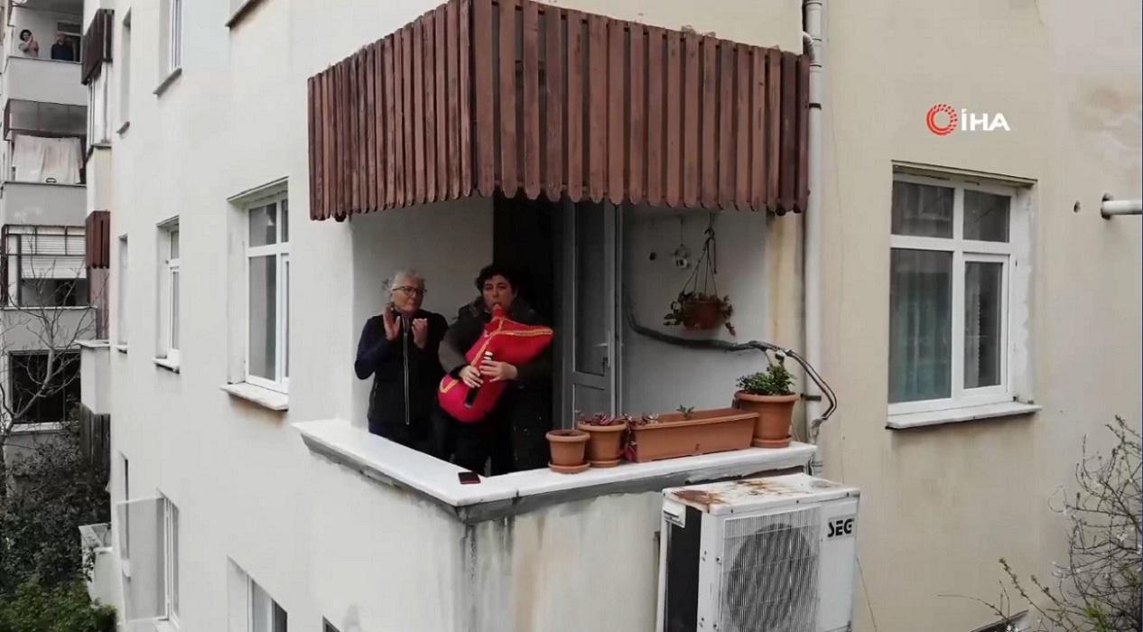 Balkonda tulum çalan müzisyen tüm mahalleye moral verdi