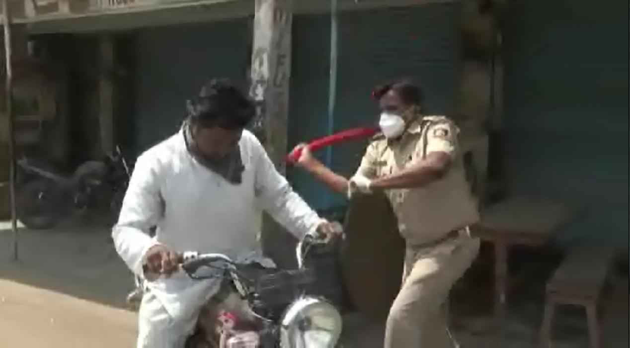 Hindistan'da insanlık dışı görüntüler... Sokağa çıkana bakın ne yapıyorlar