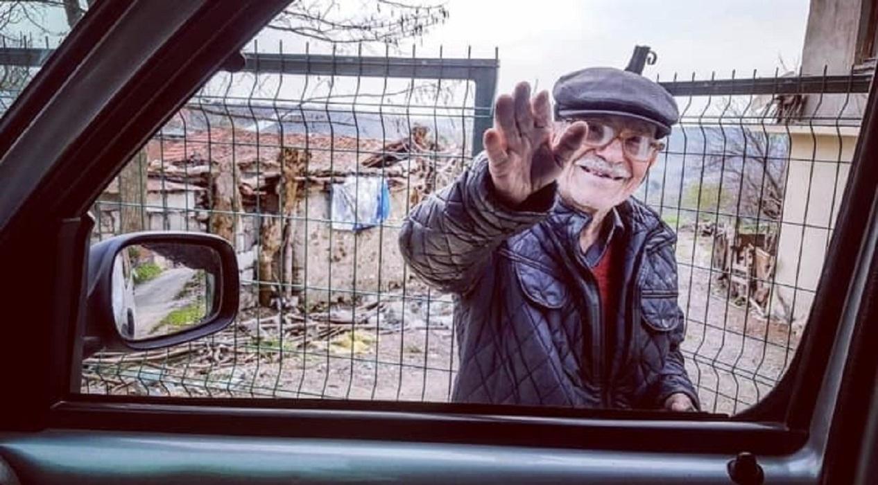 Aylardır koronavirüsten habersiz yaşayan yaşlı amcaya zabıta desteği!