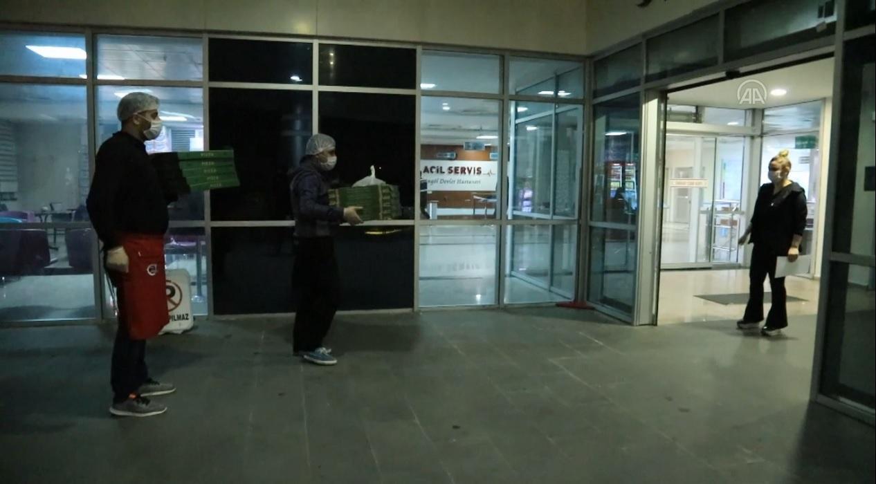 Bingöl'de esnaftan sağlık personellerine moral için pizza ikramı!