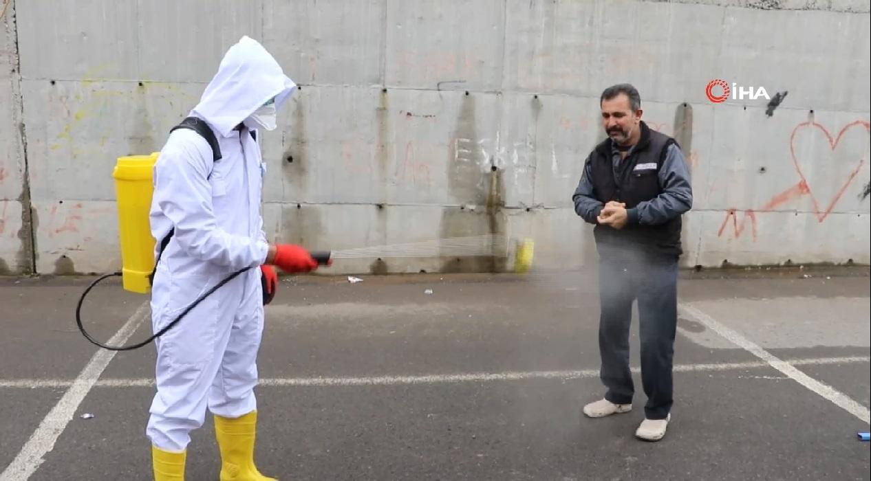 Bu pazara giren her vatandaş koronavirüse karşı dezenfekte ediliyor