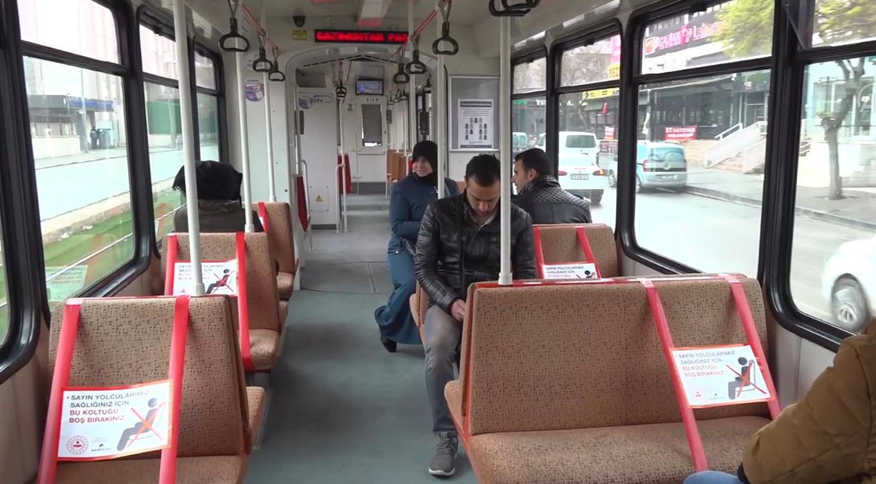 Otobüs koltukların yarısı şeritle kapatıldı