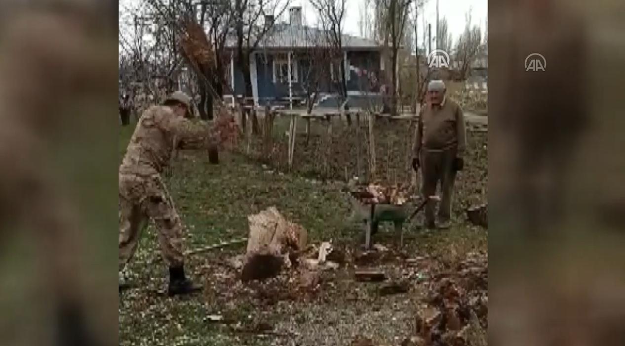 Yaşlı adamın odunlarını vefa ekibindeki askerler kırdı