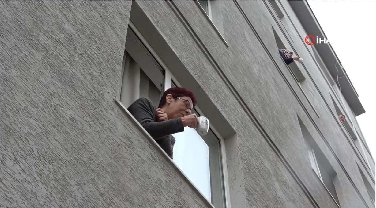 Bursa'da koronavirüs nedeniyle evden çıkmayan komşular camdan cama gün yaptı