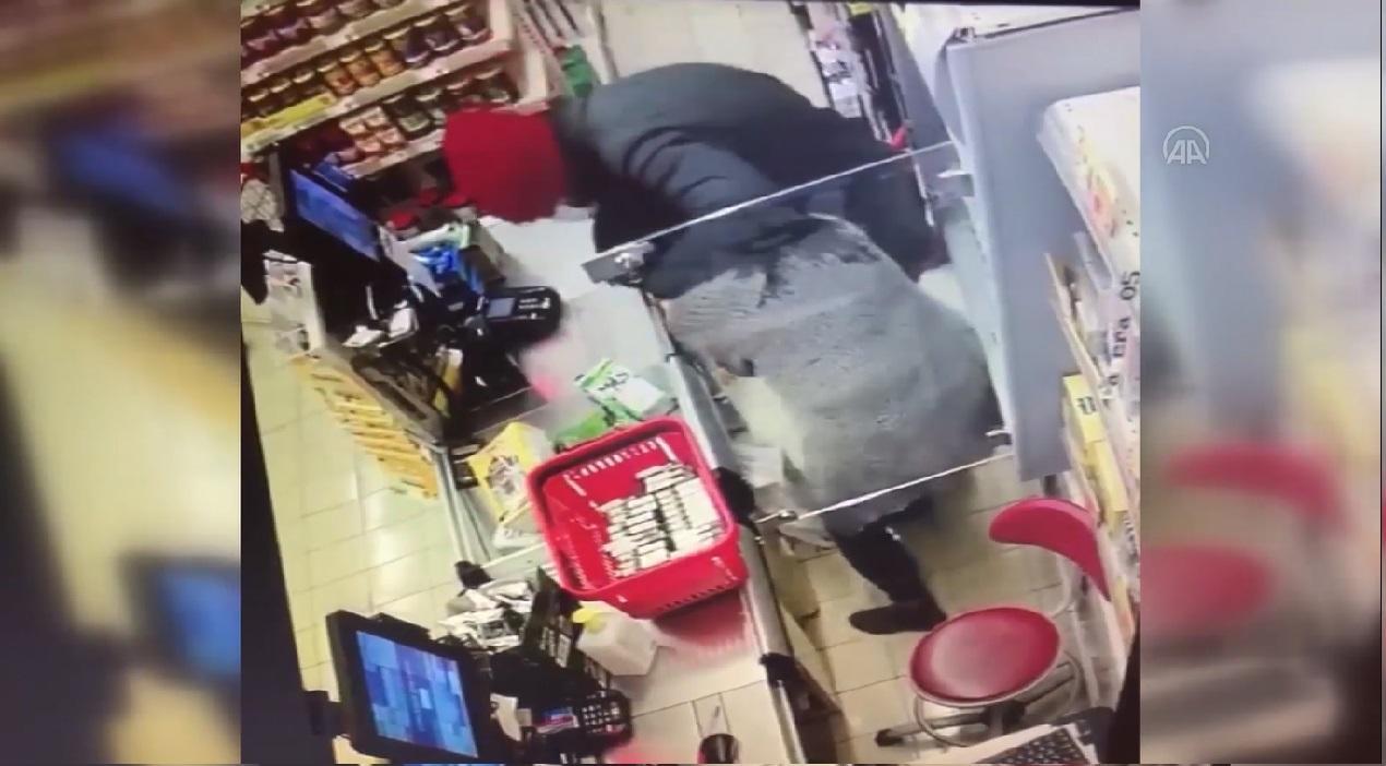Maskeli müşterinin market soygunu güvenlik kamerasında!
