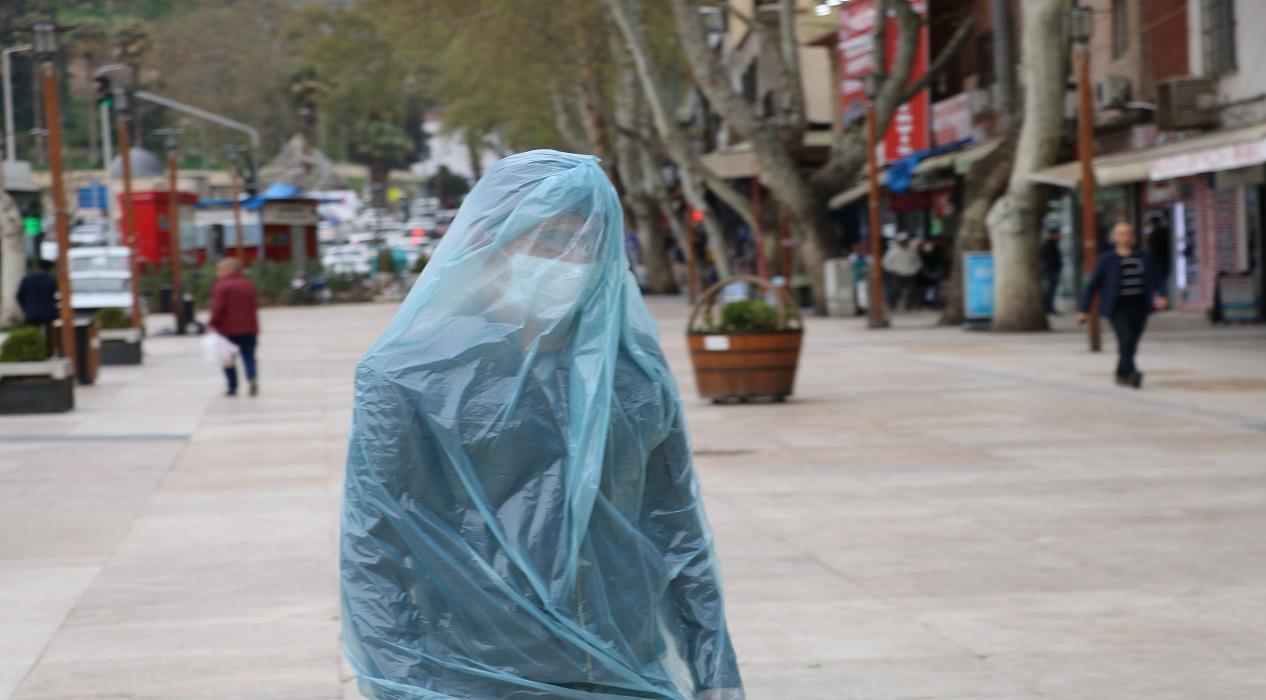 Kahramanmaraş'ta ilginç yöntem! Başından aşağı çöp poşeti geçirerek koronavirüsten korunuyor