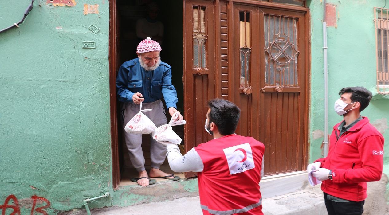 'Evde Kal' çağrısına uyan 65 yaş ve üstü vatandaşlara Siirt'in meşhur yemeği ikram edildi