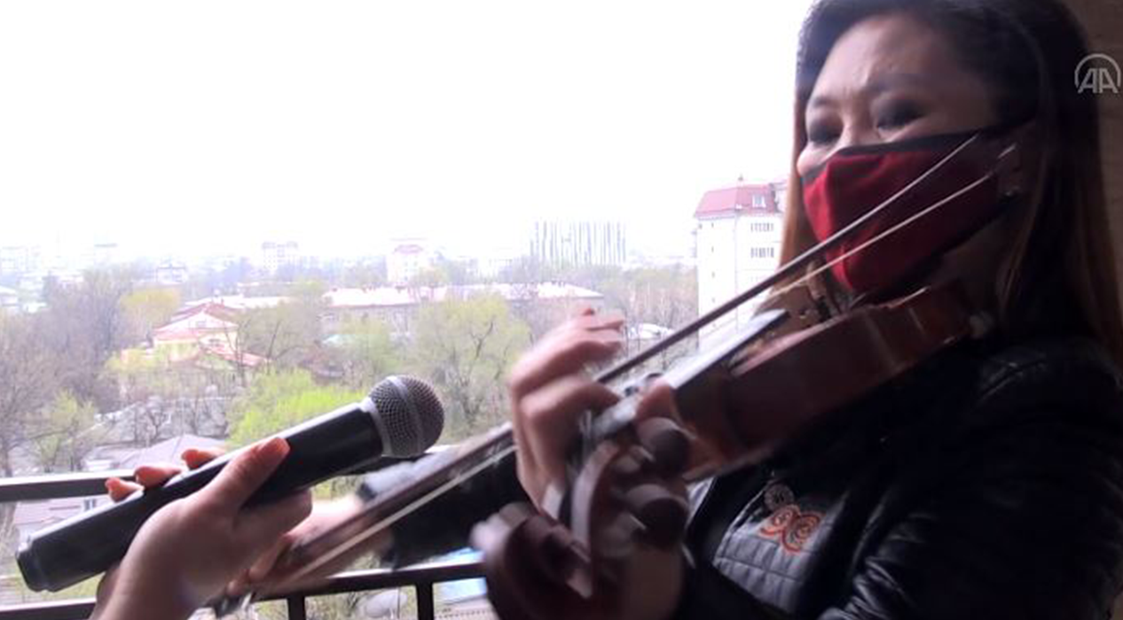 Kırgızistan'da balkondan Türk dizi müzikleri konseri verdi