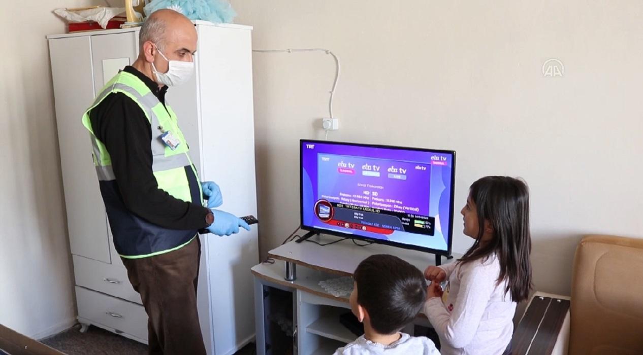 Derslerini takip edemeyen öğrencilere kaymakamlıktan televizyon hediye edildi