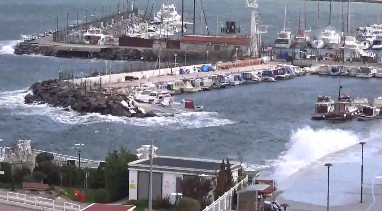Çanakkale'de feribot seferleri fırtınadan olumsuz etkilendi