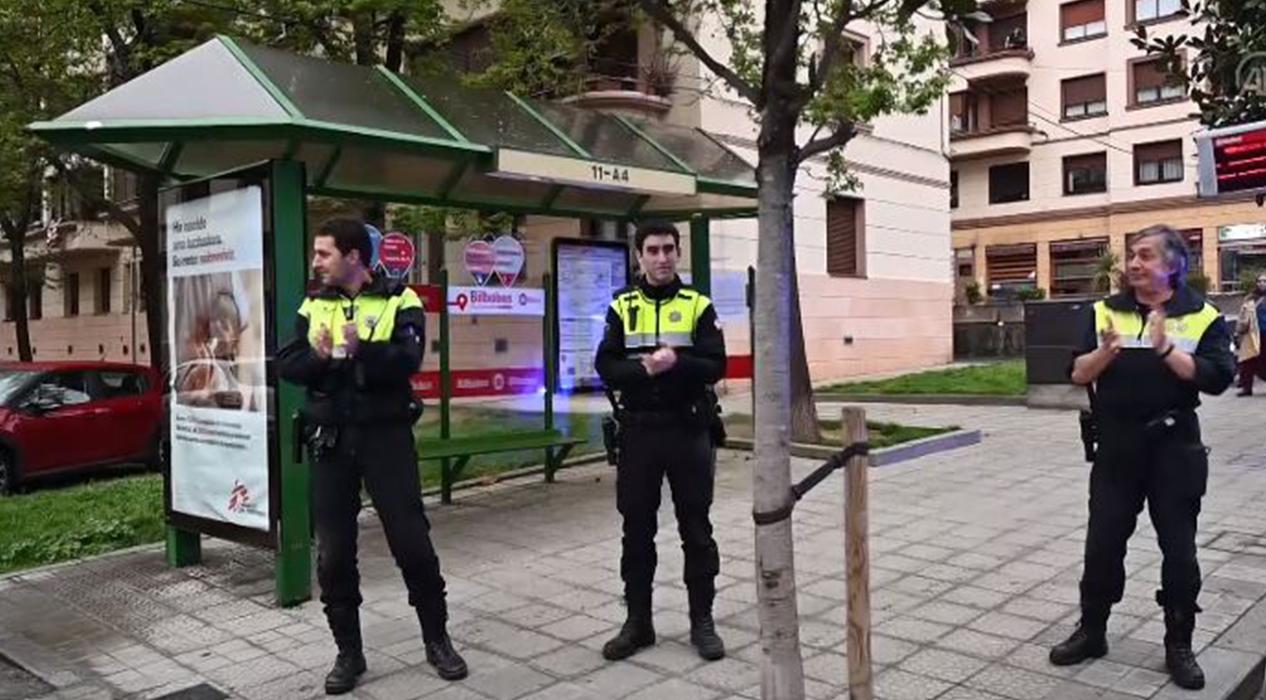 Polisten sağlık çalışanlarına alkış