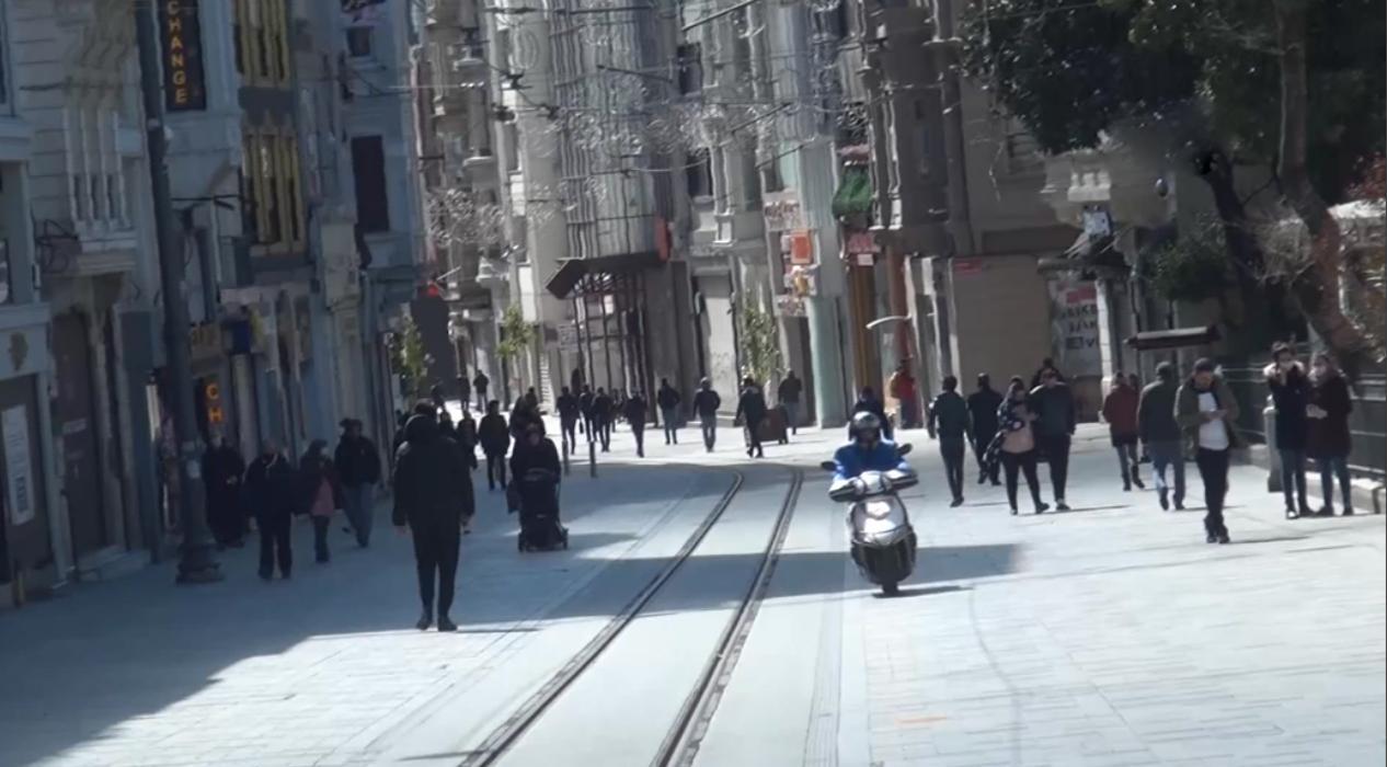 Güneşi gören İstanbullular yasak dinlemedi, Taksim Meydanında hareketlilik yaşandı