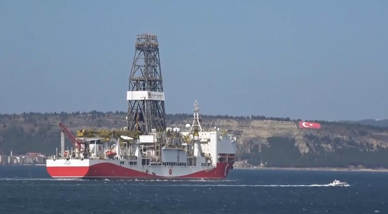Yerli sondaj gemimiz 'Fatih' Çanakkale Boğazı'ndan geçti