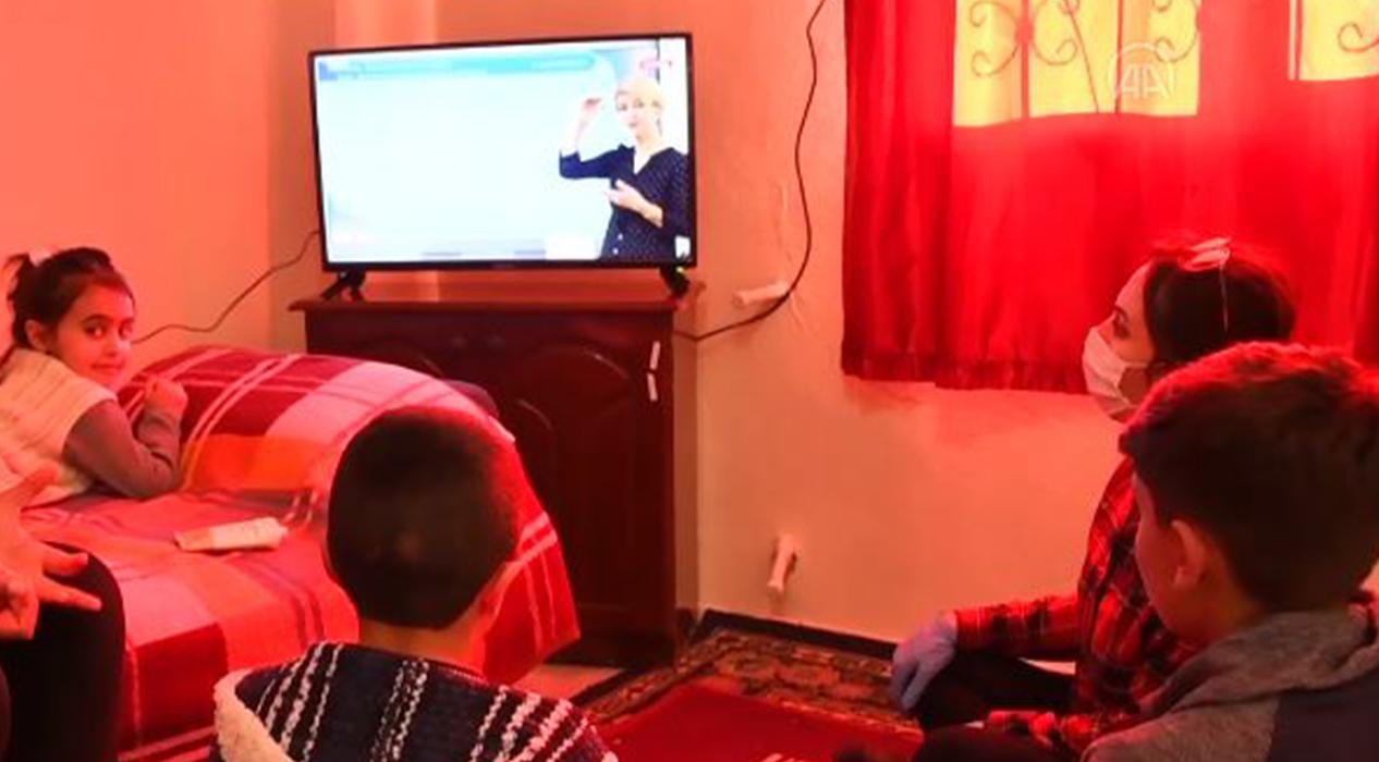 EBA TV'yi izleyemeyen kardeşlere televizyon hediye edildi