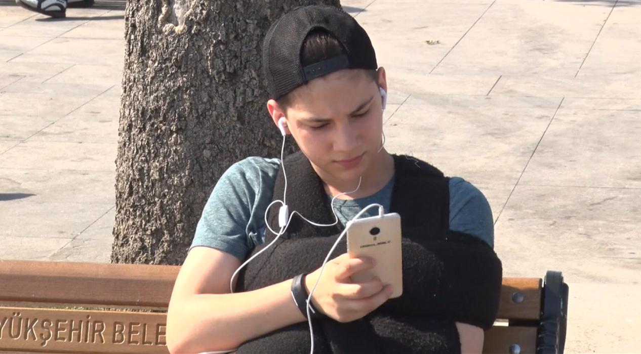 Evde kalınca telefona artan bağımlılık omurga sağlığını tehdit ediyor
