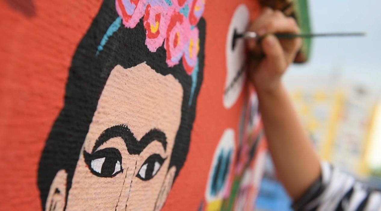 Karadağlı sanatçılar 'evde kal'ıp çatıları renklendiriyorlar