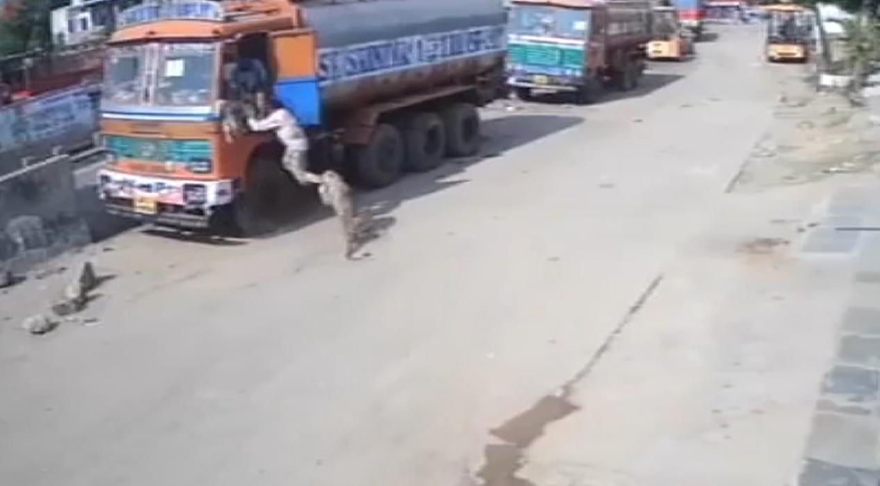 Hindistan'da leopar saldırısına uğrayan adam son anda kurtuldu
