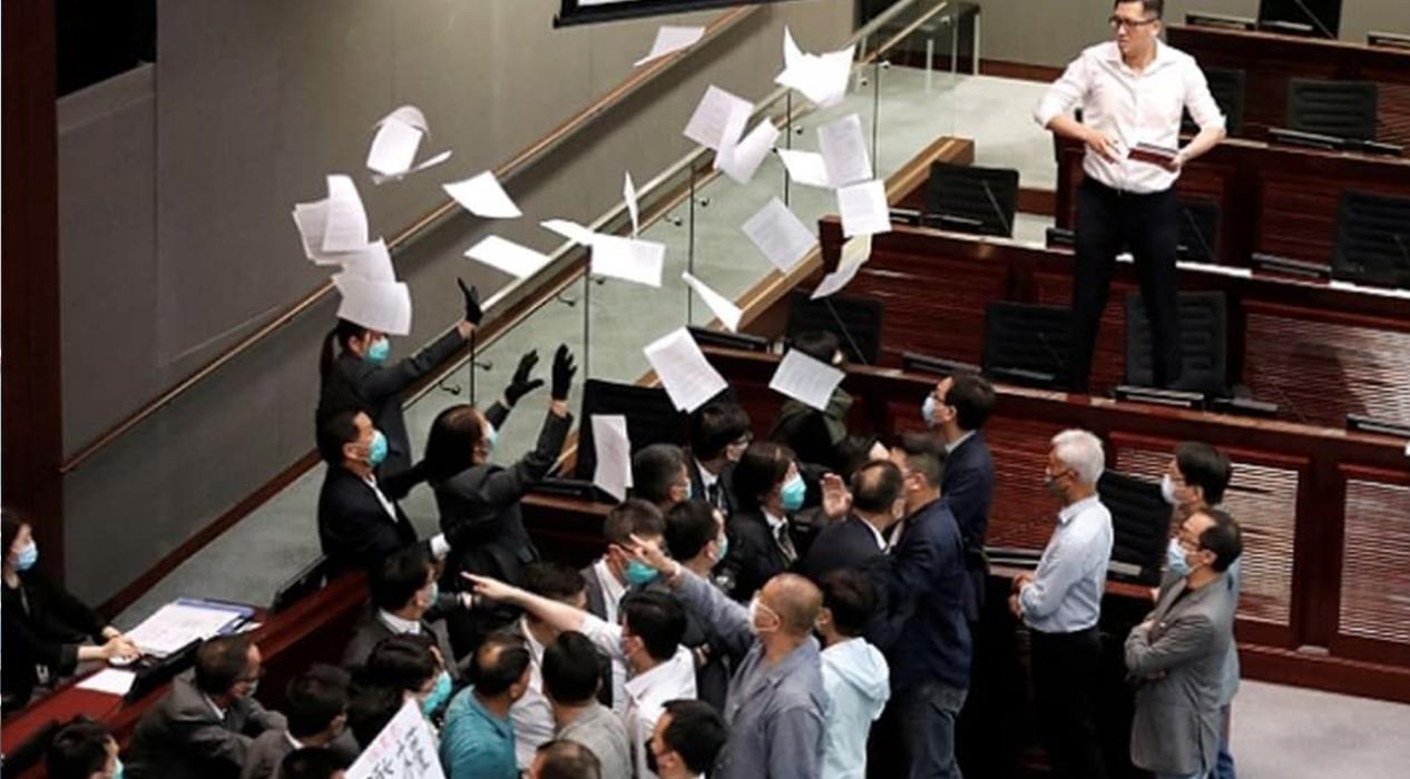 Hong Kong parlamentosunda yine kavga!