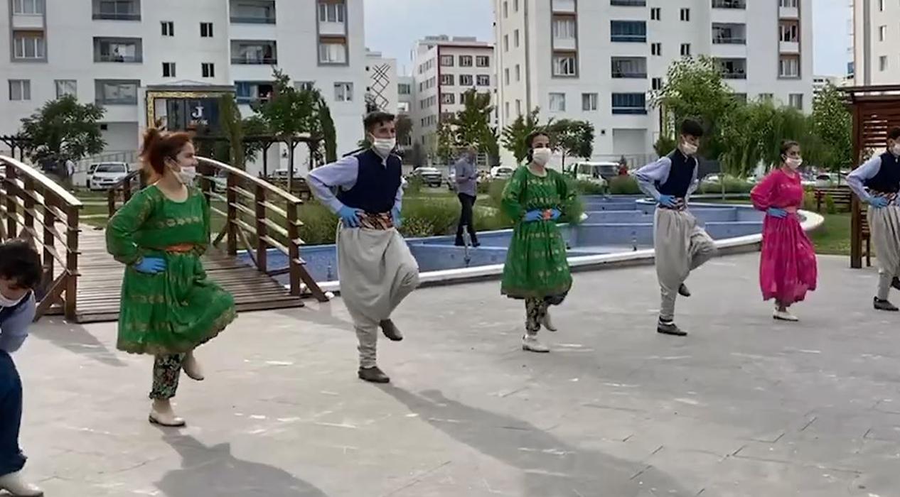 Ramazan Bayramı sevincini halk oyunları gösterileriyle yaşadılar