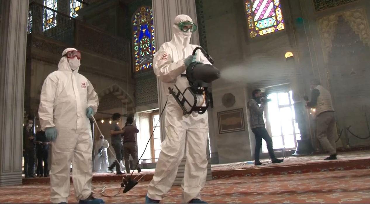 Sultanahmet Camii'nde dezenfekte çalışması yapıldı