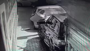 Apartmanın önünde cipin yıkanmasına sinirlenen kadının öfkesi kameraya yansıdı