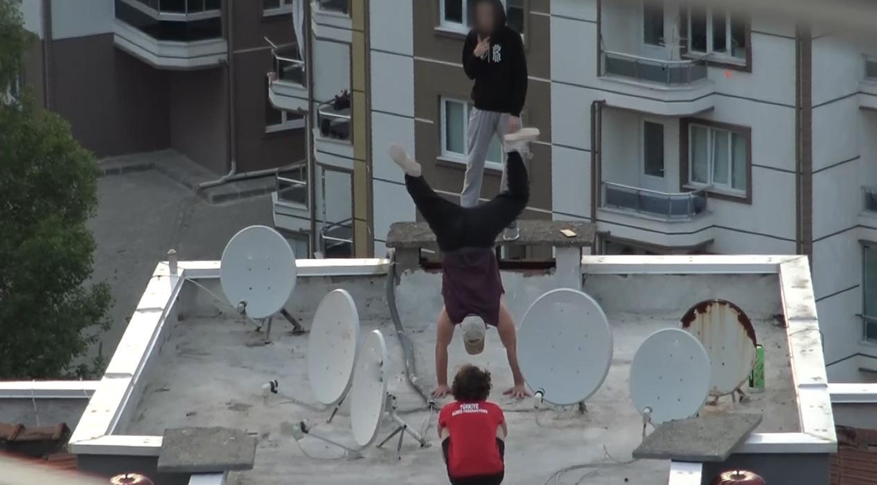 Sokağa çıkma yasağından sıkılan gençler çatıda ölümle dans etti